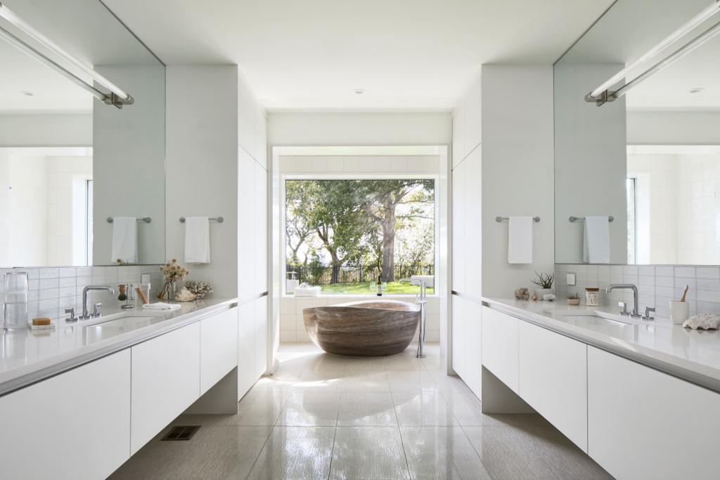Как белый цвет может украсить интерьер ванной комнаты