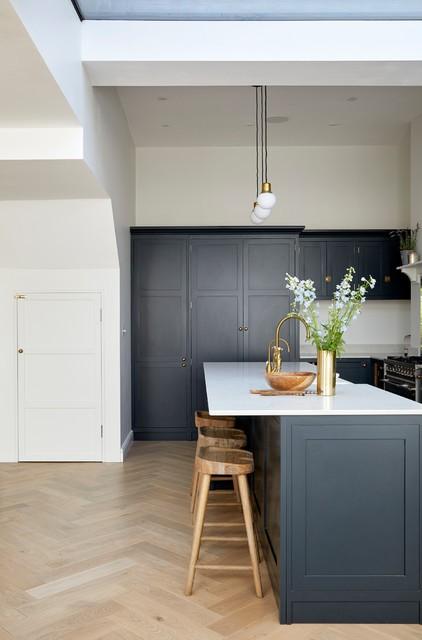 Почему темные фасады кухни лучше светлых