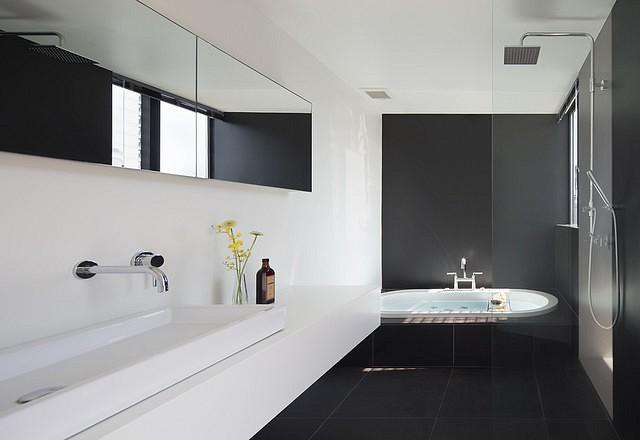 Как создать стильный интерьер ванной в черно-белой гамме